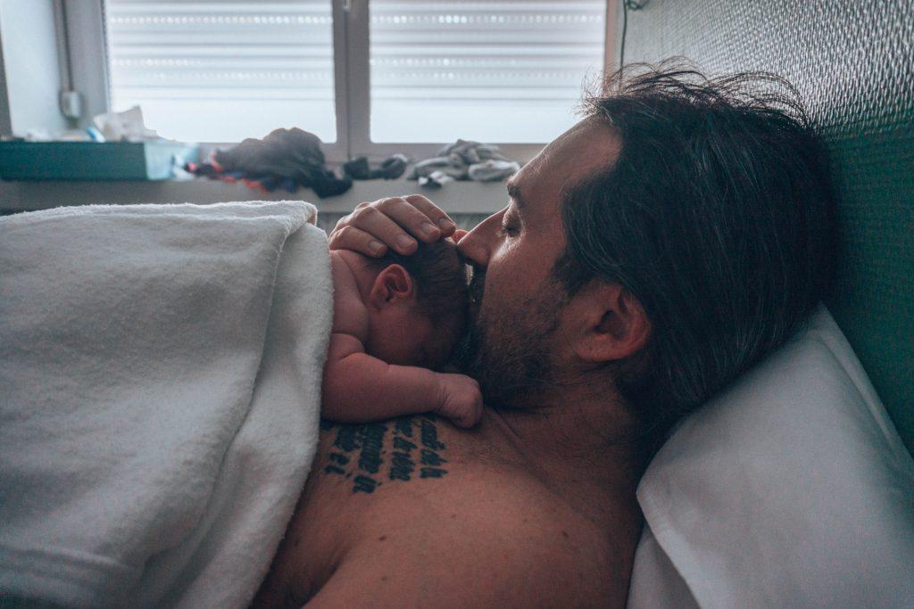 Câlin bébé papa juste après la naissance naturelle