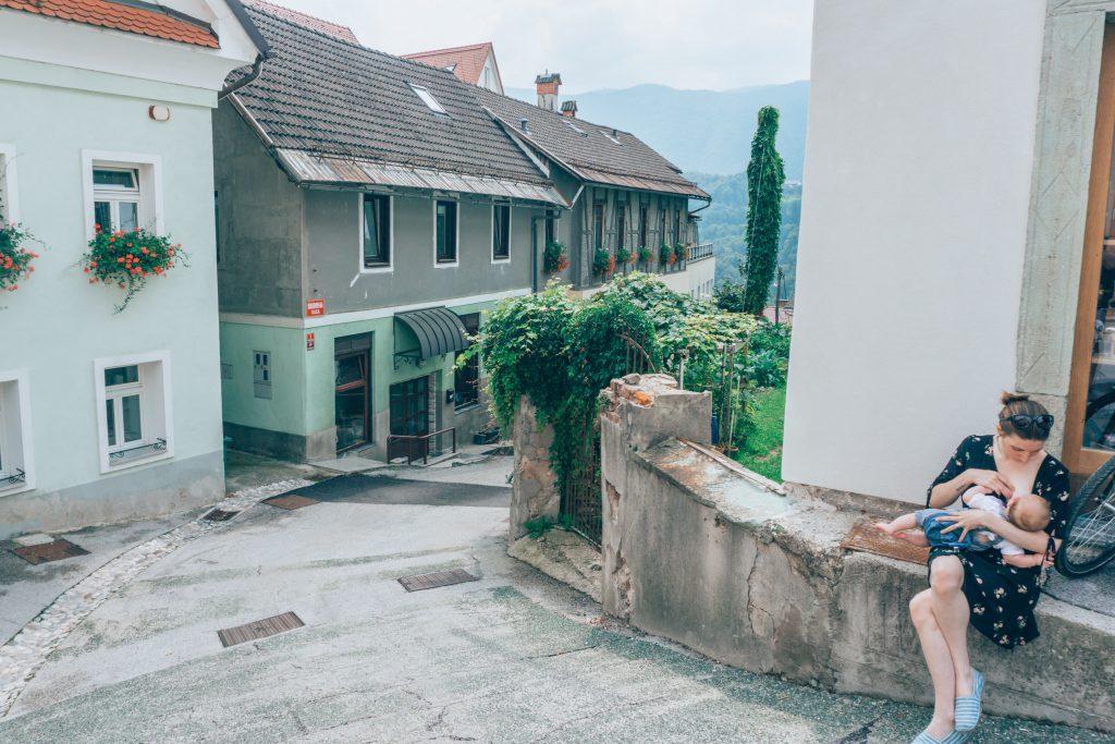 En train d'allaiter en Slovénie l'été dernier